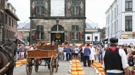 selling gouda on the grotemarkt in Gouda