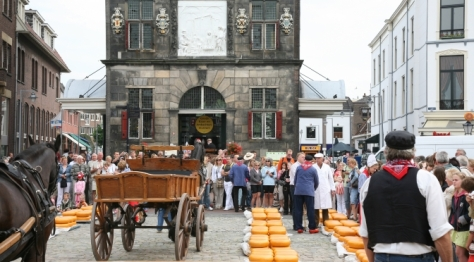 selling gouda on the grotemarkt in Gouda